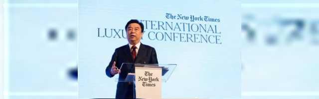 邱亚夫现身《纽约时报》年度时尚奢侈品峰会,担任唯一主题演讲嘉宾分享如意演变史